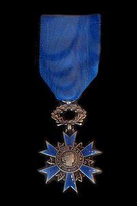 Medalla de la Orden al Mérito recibida por Manuela Gumucio