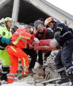 tareas-de-rescate-por-terremoto-en-italia-300x350