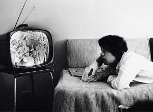 hombre viendo tele